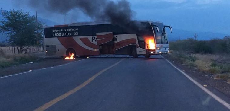 Autobús-quemado-incendian-camión-Michoacán-bloqueos