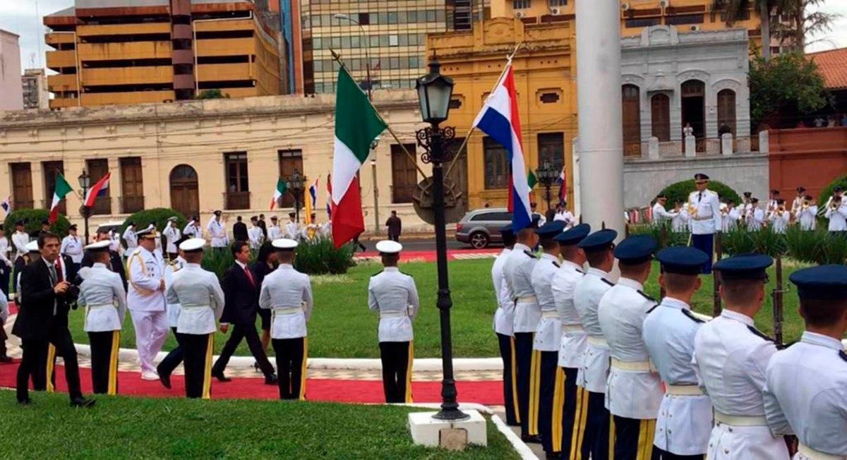 ¿Por qué recibieron a Peña con banderas sin escudo en su vista a Paraguay?